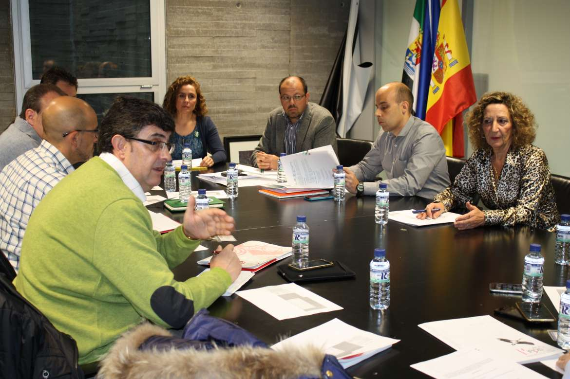 Juntaex comunicaci n educaci n y sindicatos ratifican for Convocatoria para las plazas docentes 2016